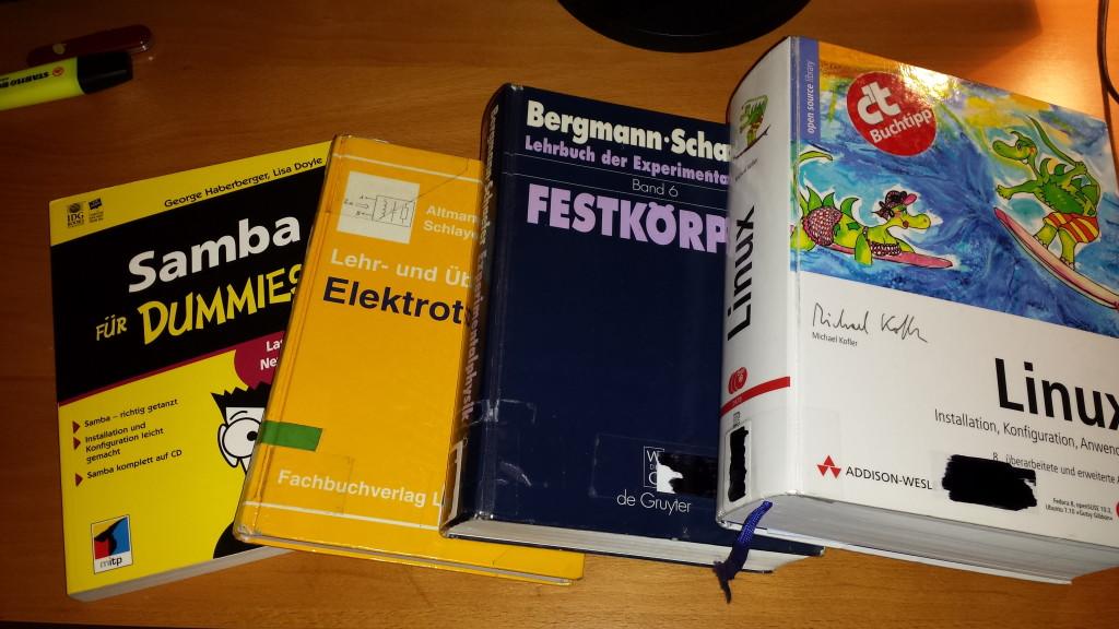 Zur Demonstration: Das 1. Buch (links) ist vom Niveau her niedrig und leicht verständlich. Das 2. Buch über Elektrotechnik ist deutlich anspruchsvoller, jedoch gut verständlich und kann als Übungsbuch verwendet werden. Das Buch über Festkörperphysik ist sehr speziell und wird dem Leser eher als Nachschlagewerk dienen oder wenn entsprechende Vorkenntnisse vorhanden sind. Das Linux-Buch ist ein Wälzer und über 1300 Seiten dick. Es ist dennoch sehr verständlich geschrieben, sodass es sowohl als Nachschlagewerk als auch ein Übungsbuch dienen kann. Foto: D. Nordmann (CC BY-NC-SA 3.0 DE)