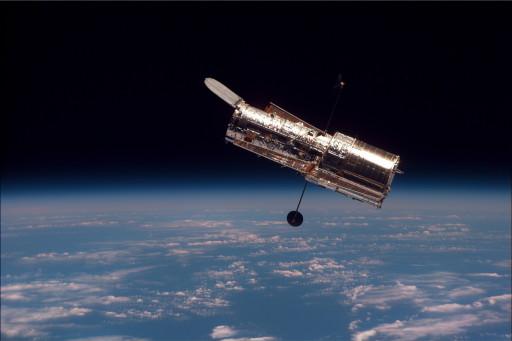Das Hubble-Weltraumteleskop nach der Trennung von dem Shuttle Discovery im Jahr 1997 (Mission STS-82). Bild: NASA, http://apod.nasa.gov/apod/ap021124.html